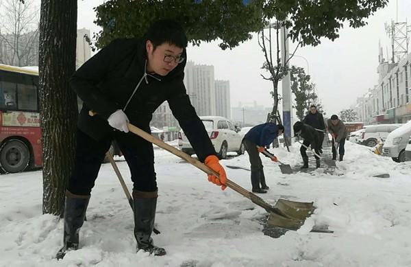 部机关组织党员志愿者开展上街扫雪除冰活动
